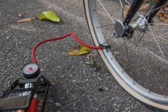 Lotnicza pompa przy koło gumy bicyklem Rower opony problemy Fotografia Stock