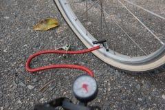 Lotnicza pompa przy koło gumy bicyklem Rower opony problemy Obrazy Stock