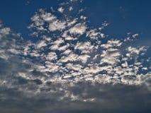 lotnicze jasne chmury wcześnie segregują puszystego lekkiego ranek halnego panoramy nieba halnego xxl Zdjęcia Royalty Free