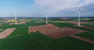Lotnicze panoramy rolniczy pola i wiatrowi generatory produkujący elektryczność Nowożytne technologie dla uzyskiwać zdjęcie wideo