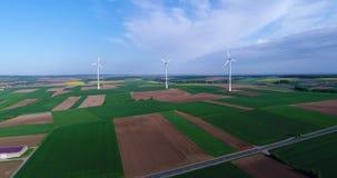 Lotnicze panoramy rolniczy pola i wiatrowi generatory produkujący elektryczność E zbiory wideo