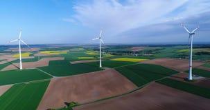 Lotnicze panoramy rolniczy pola i wiatrowi generatory produkujący elektryczność Nowożytne technologie dla uzyskiwać zbiory