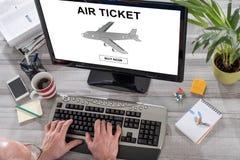 Lotniczego bileta rezerwaci pojęcie na komputerze Obrazy Stock
