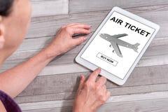Lotniczego bileta rezerwaci pojęcie na pastylce Zdjęcia Stock