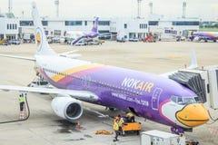 Lotniczego planu lwa tajlandzki powietrze, Nok lotniczy parking na pasie startowym i prepareing, Fotografia Royalty Free