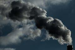 lotniczego tła błękitny fabryczny zanieczyszczenie Szkodliwe emisje ekologia zła Dym od fabryki drymby Brudnego dymu na niebie, e zdjęcia stock
