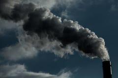 lotniczego tła błękitny fabryczny zanieczyszczenie Szkodliwe emisje ekologia zła Dym od fabryki drymby Brudnego dymu na niebie, e zdjęcie royalty free