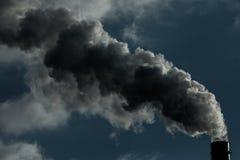lotniczego tła błękitny fabryczny zanieczyszczenie Szkodliwe emisje ekologia zła Dym od fabryki drymby Brudnego dymu na niebie, e zdjęcie stock
