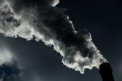lotniczego tła błękitny fabryczny zanieczyszczenie Szkodliwe emisje ekologia zła Dym od fabryki drymby Brudnego dymu na niebie, e obraz royalty free