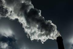 lotniczego tła błękitny fabryczny zanieczyszczenie Szkodliwe emisje ekologia zła Dym od fabryki drymby Brudnego dymu na niebie, e obrazy stock