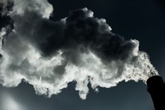 lotniczego tła błękitny fabryczny zanieczyszczenie Szkodliwe emisje ekologia zła Dym od fabryki drymby Brudnego dymu na niebie, e fotografia stock