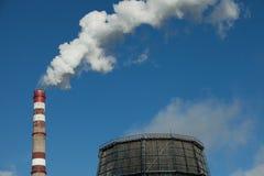 lotniczego tła błękitny fabryczny zanieczyszczenie Szkodliwe emisje ekologia zła Dym od fabryki drymby Brudnego dymu na niebie, e obraz stock