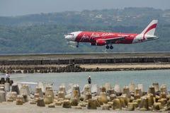 Lotniczy Azja samolot lądował przy Ngurah Raja lotniskiem międzynarodowym na Kwietniu 3, 2016 w Bali, Indonezja Obraz Royalty Free