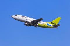 Lotniczy Bałtycki Boeing 737 odlot Zdjęcia Royalty Free