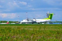 Lotniczy Bałtycki linia lotnicza bombardiera junakowania 8 samolot jedzie na pasie startowym po przyjazdu w Pulkovo lotnisku międ Fotografia Royalty Free
