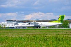 Lotniczy Bałtycki linia lotnicza bombardiera junakowania 8 samolot jedzie na pasie startowym po przyjazdu w Pulkovo lotnisku międ Obrazy Royalty Free
