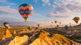 Lotniczy balon nad maczkami odpowiada Cappadocia, Turcja zdjęcie royalty free