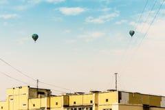Lotniczy balony latają nad budynkami mieszkalnymi w Kijów, Ukraina fotografia royalty free