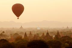 Lotniczy balony nad Buddyjskimi świątyniami przy wschodem słońca Fotografia Stock