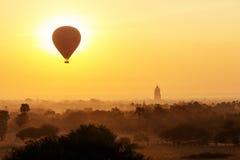Lotniczy balony nad Buddyjskimi świątyniami przy wschodem słońca Zdjęcie Royalty Free