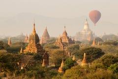 Lotniczy balony nad Buddyjskimi świątyniami przy wschodem słońca Obrazy Stock