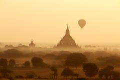 Lotniczy balony nad Buddyjskimi świątyniami przy wschodem słońca Zdjęcie Stock
