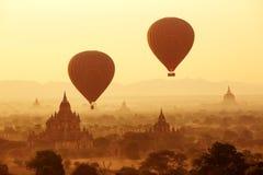 Lotniczy balony nad Buddyjskimi świątyniami przy wschodem słońca Bagan Fotografia Royalty Free