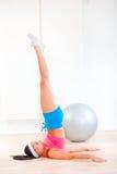 lotniczy cieki dziewczyny pozy ćwiczyć izbowy joga Obrazy Royalty Free