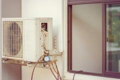 Lotniczy conditioner kondensator z wielomiejscowym wymiernika setem dla sprawdzać remontowego system blisko okno nowożytny dom obraz royalty free