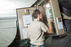 Lotniczy Conditioner naprawy mężczyzna przy pracą Obraz Royalty Free