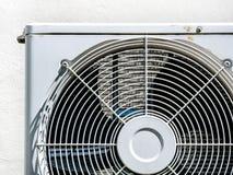 Lotniczy conditioner trochę rdzy fan zwitki kompresoru słońca światło za drzwi obraz stock