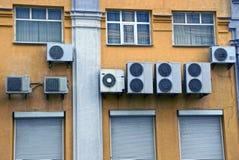 Lotniczy conditioners na ścianie z okno i drzwiami fotografia stock