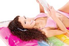 lotniczy dziewczyny materac gazety czytanie zdjęcia royalty free