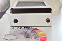 Lotniczy kapiszon dla pracy w manicure'u salonie i paleta kolory laka na białym stole zdjęcia royalty free