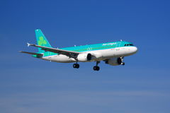 Lotniczy lingus Aerobus A320 lądowanie obrazy royalty free