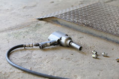 Lotniczy pistolet dla zmiany samochodowego koła Fotografia Royalty Free