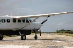 Lotniczy samolot na pas startowy Obraz Royalty Free