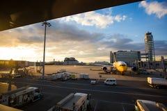 Lotniczy samolot przy Kansai lotniskiem Fotografia Stock