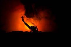 Lotniczy trzask Palić spada helikopter Zniszczony helikopter Dekorujący z zabawką przy zmroku ogienia tłem Wojna lub terroryzm Obraz Royalty Free