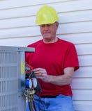 Lotniczy Uwarunkowywać Repairman Usługuje HVAC jednostkę obraz stock
