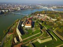 Lotniczy widok Petrovaradin forteca i Novi Sad miasteczko Zdjęcia Stock