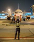 Lotniczy zarządzający w ruch plamy seansu znaku mówić kapitanu zatrzymywać, nighttime Fotografia Stock