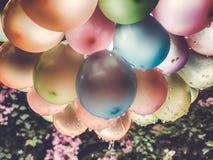 Lotniczych balon?w t?o, du?a wi?zka hel szybko si? zwi?ksza?, wszystkiego najlepszego z okazji urodzin, niespodzianka dla wakacje fotografia royalty free