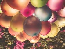 Lotniczych balon?w t?o, du?a wi?zka hel szybko si? zwi?ksza?, wszystkiego najlepszego z okazji urodzin, niespodzianka dla wakacje obraz stock