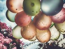 Lotniczych balon?w t?o, du?a wi?zka hel szybko si? zwi?ksza?, wszystkiego najlepszego z okazji urodzin, niespodzianka dla wakacje obrazy stock