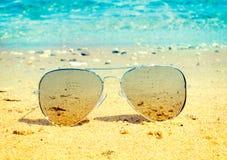 Lotników okulary przeciwsłoneczni na plaży Zdjęcie Royalty Free
