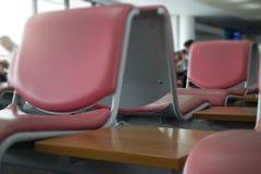 Lotnisk siedzenia Dostępni W czekanie terenie Zdjęcia Royalty Free