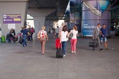 LOTNISKO BORYSPIL UKRAINA, Wrzesień, - 01, 2015: Turyści z bagażem iść lotniskowy terminal Zdjęcia Stock