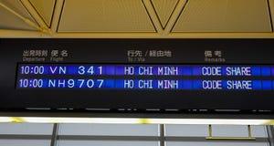 Lotnisko deska pokazuje odjazdy obraz stock