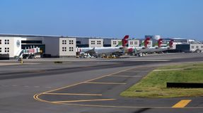 Lotnisko Lisbon w Portugalia z KRANOWYMI samolotami obraz stock